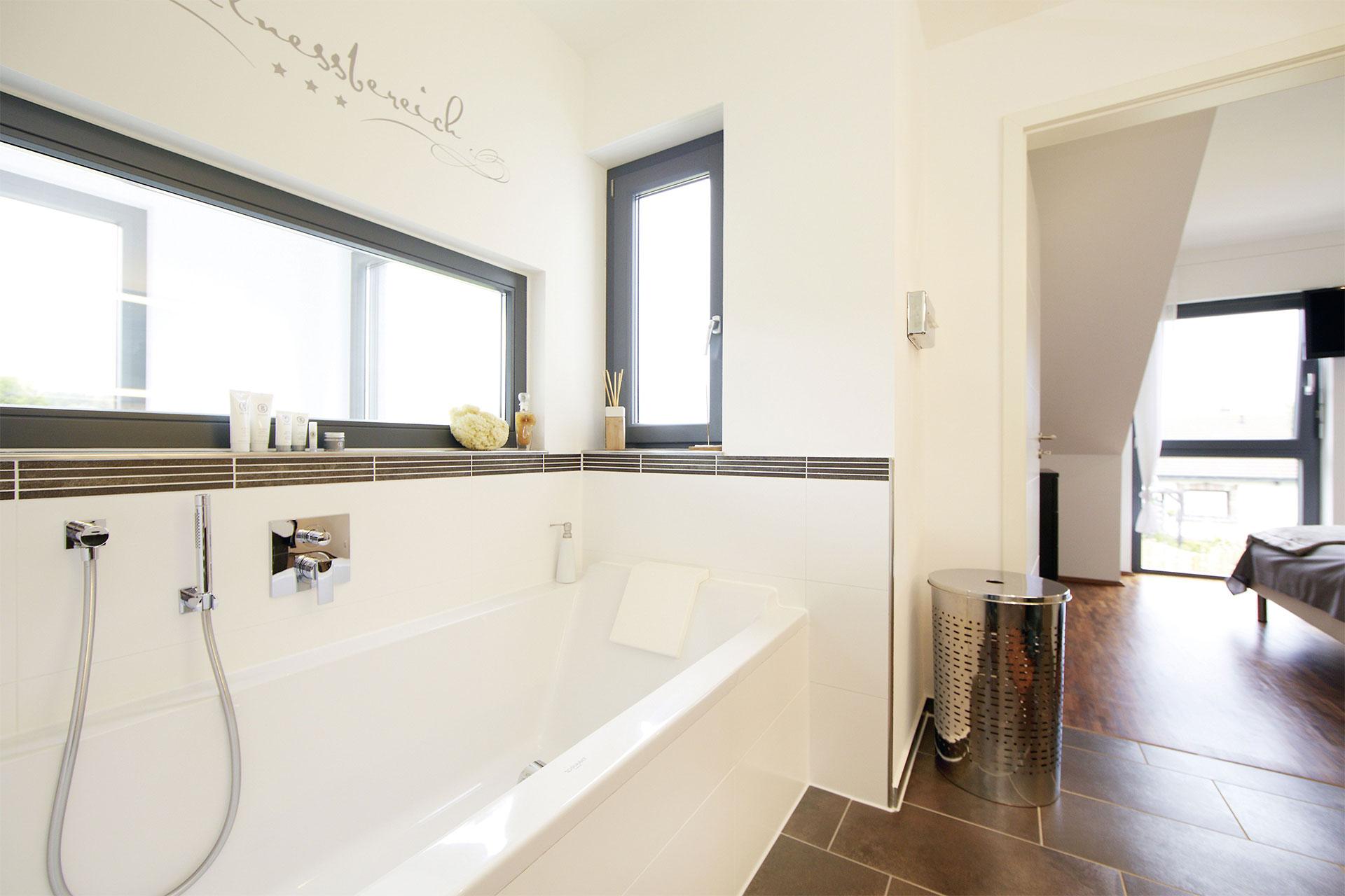 gerade treppe im haus die raumwirkung im flur wird geprgt durch eine gerade treppe mit. Black Bedroom Furniture Sets. Home Design Ideas